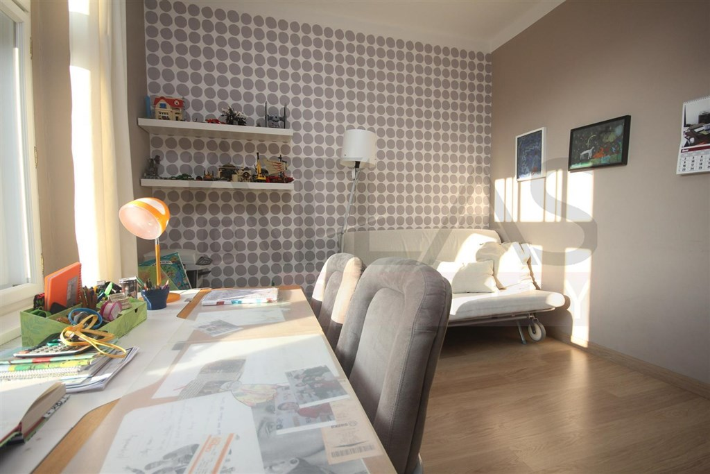 Pronájem částečně zařízeného rodinného domu 4+kk, Praha 4 - Modřany - dětský pokoj v přízemí domu