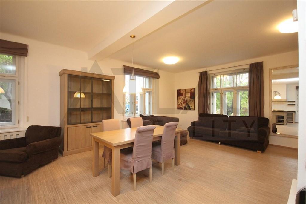 Pronájem částečně zařízeného rodinného domu 4+kk, Praha 4 - Modřany - obývací pokoj s jídelním stolem, krbem, sedací soupravou